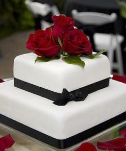 Свадебный белый двухъярусный торт с живыми цветами СВ73 фото