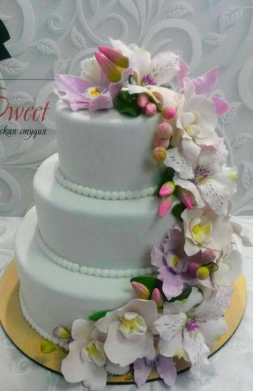 Свадебный торт с каскадом цветов из мастики СВ7 фото