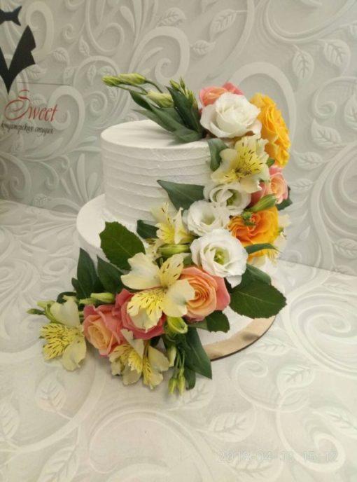 Свадебный торт с каскадом живых цветов СВ10 фото
